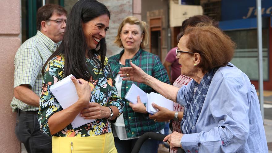 La candidata del PP María del Carmen Hernández Bento de campaña electoral (ALEJANDRO RAMOS)