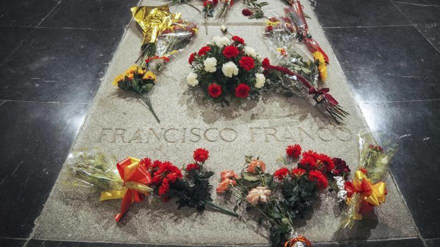 La tumba de Fraco en el Valle de los Caídos, con flores frescas