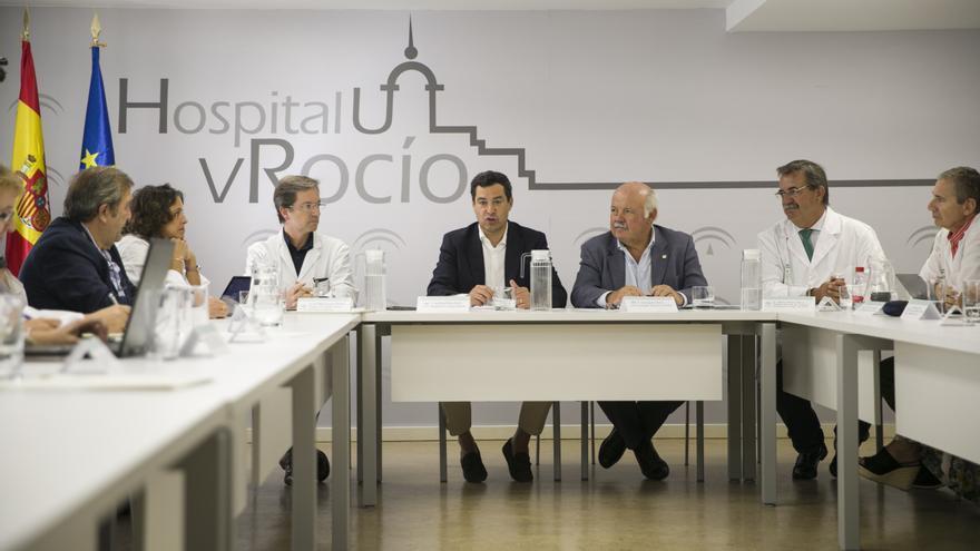 El presidente de la Junta de Andalucía, Juanma Moreno, durante la reunión en Sevilla con profesionales y técnicos que participan en el dispositivo que atiende a los pacientes afectados por el brote de listeriosis