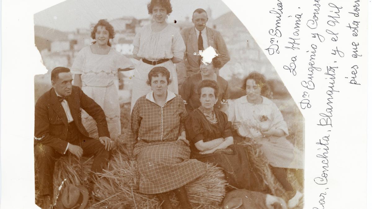 Grupo de amigos con Sestrica al fondo (1920). Colección de Pinilla-Miguel-Sancho.