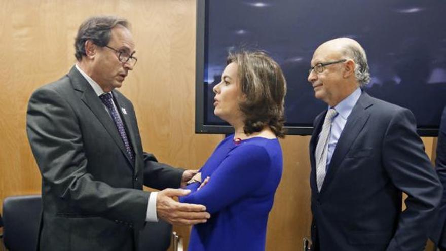 El Conseller de Hacienda, Vicent Soler, junto a la vicepresidenta del Gobierno, Soraya Saenz de Santamaría, y el ministro de Hacienda, Cristóbal Montoro, en el CPFF.