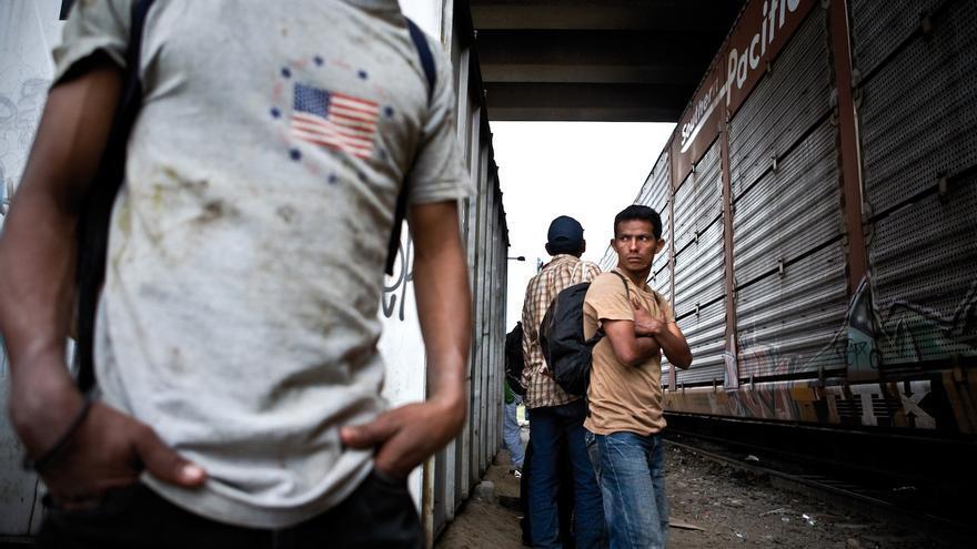 Migrantes centroamericanos subiendo al tren en marcha en México