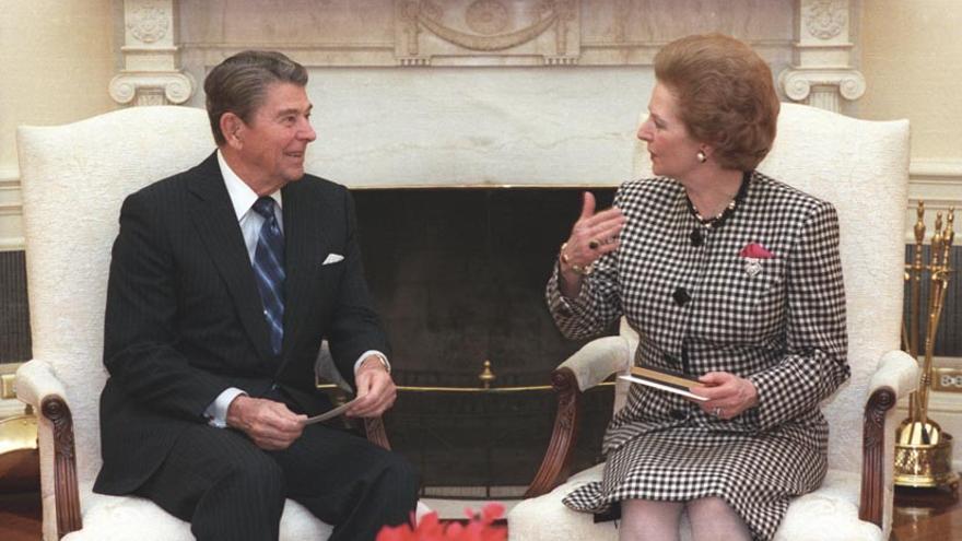 """"""" Escucha éste, Margaret. ¿sabes que las libélulas son ambidiestras? """" """" Me estás dando la tarde, Ronald """""""