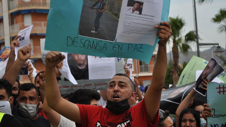 Compatriotas del marroquí, en la concentración de este martes en el Puerto de Mazarrón