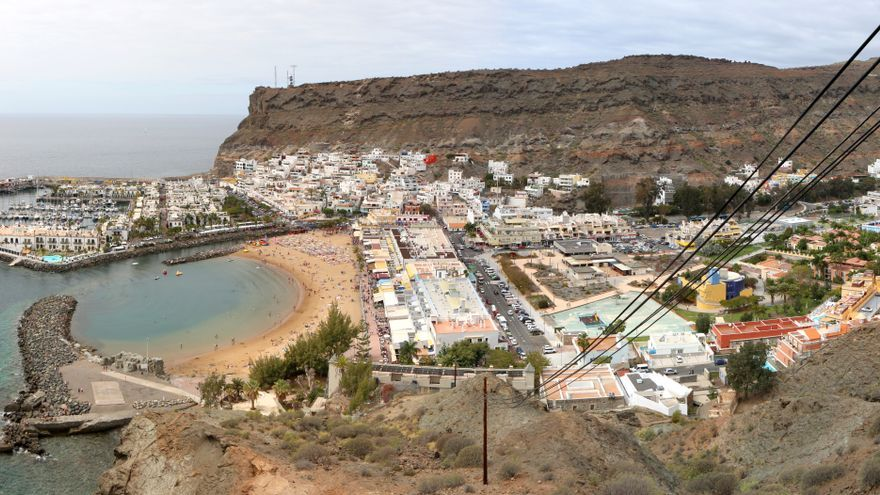 Vista panorámica de la playa y el puerto de Mogán