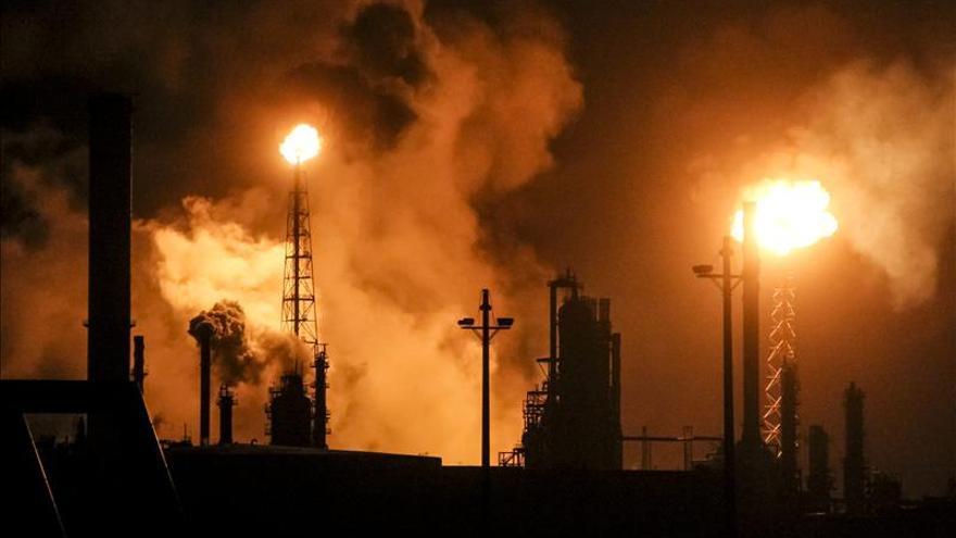 """Venezuela investiga una """"extraña falla eléctrica"""" en su refinería más grande"""