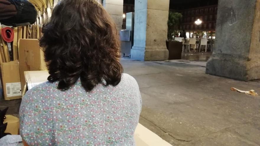 Minet espera que la lluvia no vuelva a colarse en los soportales de la Plaza Mayor.
