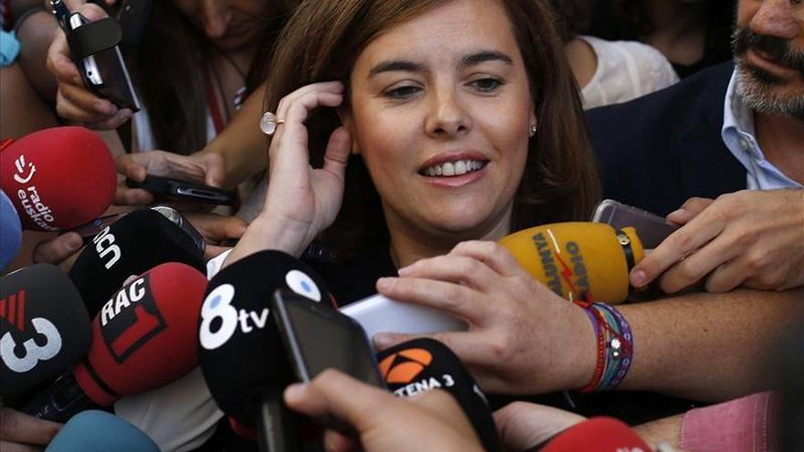 Sáenz de Santamaría pide gobiernos estables que respeten la Constitución