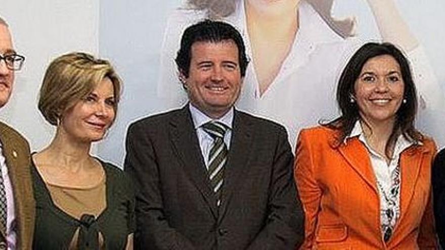 José Císcar,  y Mercedes Alonso, de rojo, en un acto del PP.