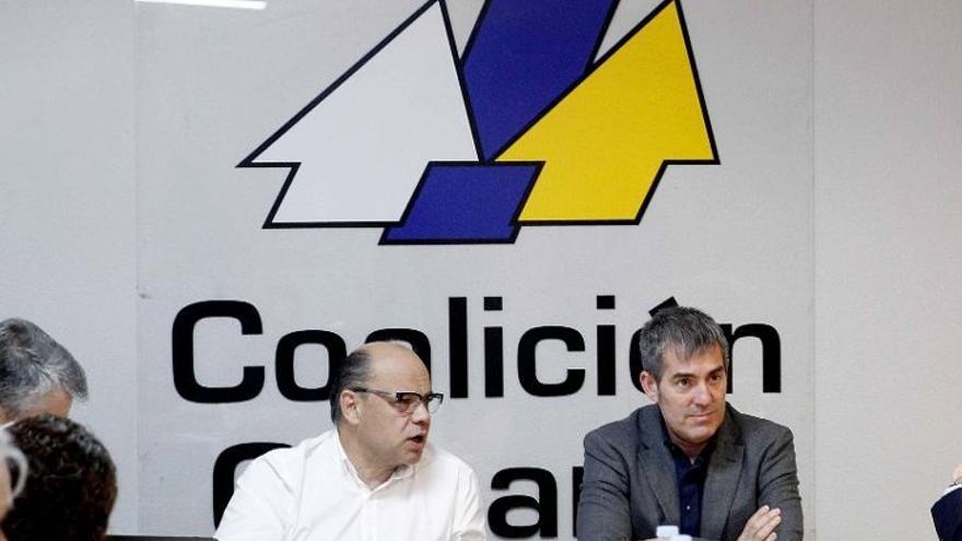 El presidente del Gobierno de Canarias, Fernando Clavijo (c), junto a José Miguel Barragán (i)