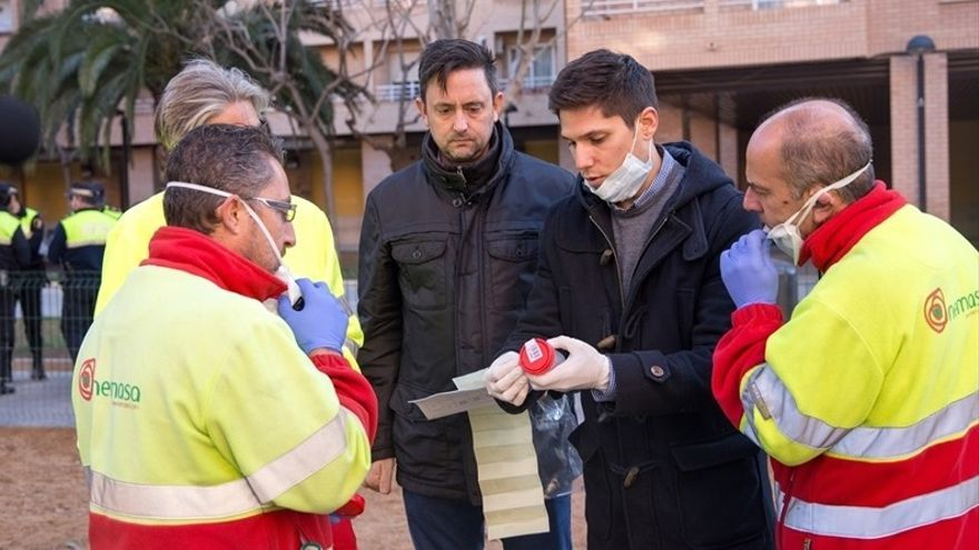 El exconcejal del PP de Xàtiva, Enrique Perigüell (centro) en una demostración de recogida de heces en Mislata