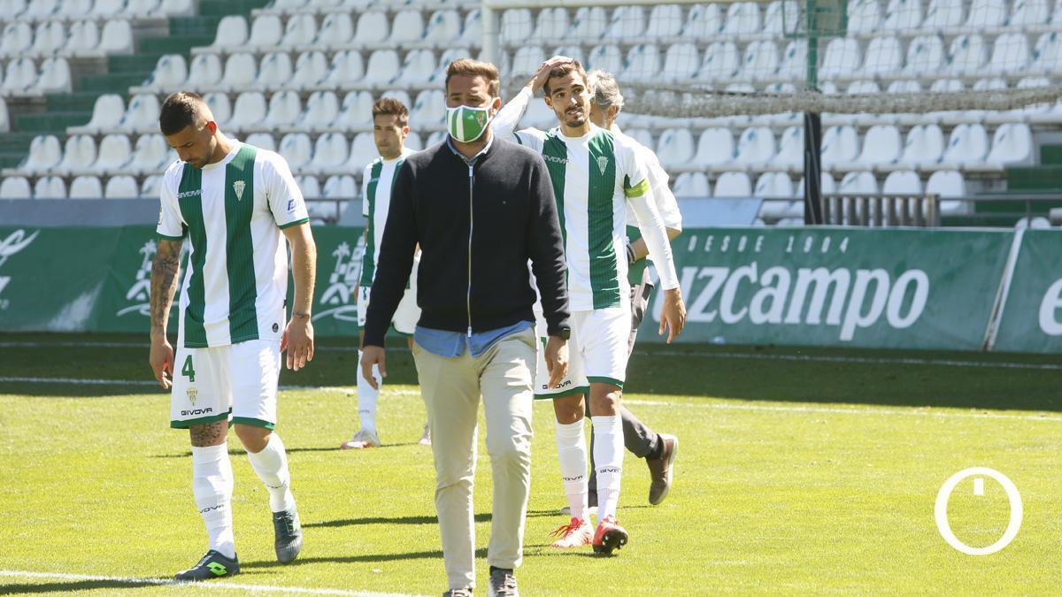 Decepción blanquiverde tras la derrota ante el Betis Deportivo.