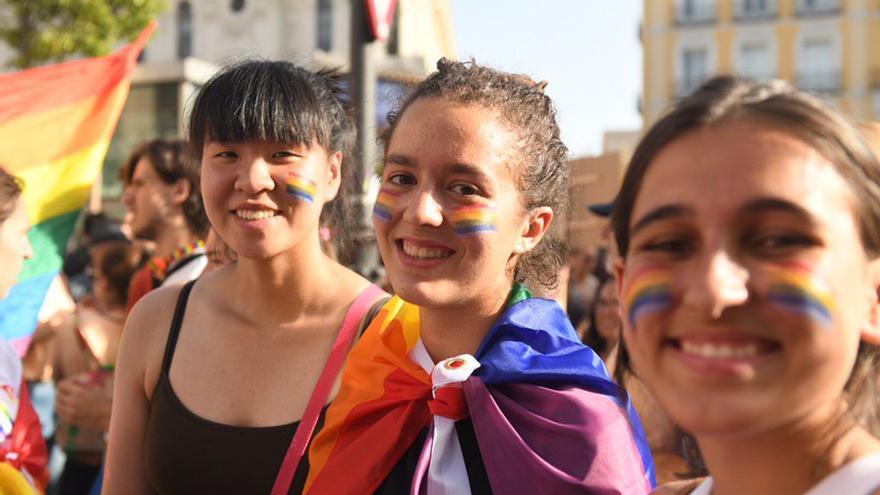 Personas envueltas en banderas LGTBI han recorrido el centro de Madrid