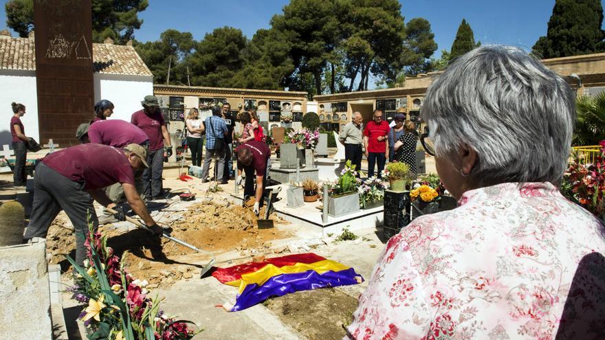 La exhumación de la fosa 94 ha empezado en Paterna
