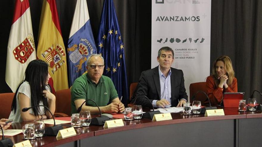 Los presidentes del Gobierno de Canarias, Fernando Clavijo (2d), y del Cabildo Insular de La Gomera, Casimiro Curbelo (2i)