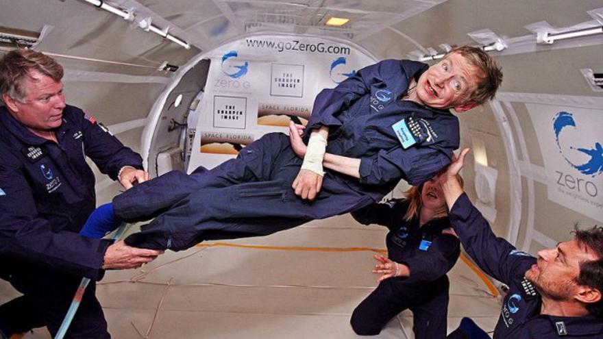 Stephen Hawking disfrutó de la experiencia de la gravedad cero en 2007. / NASA