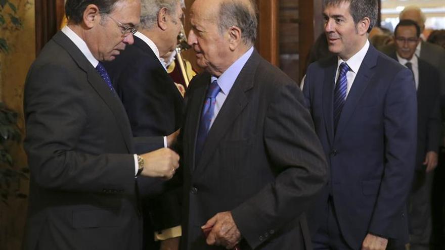 El presidente de Canarias, Fernando Clavijo, a su llegada a la recepción celebrada en la Cámara Baja con motivo del XXXVII aniversario de la Constitución. EFE/Ballesteros