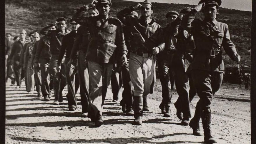 Front of the Ebro. Farewell of the International Brigades in the esplanade of the Tunnel of L'Argentera, Tarragona, 1938.