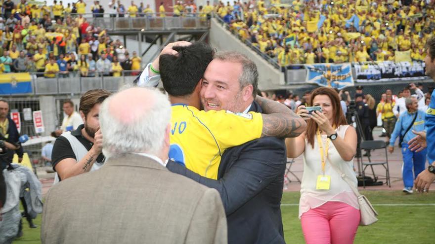 Miguel Ángel Ramírez se avraza con Araujo. (ALEJANDRO RAMOS)