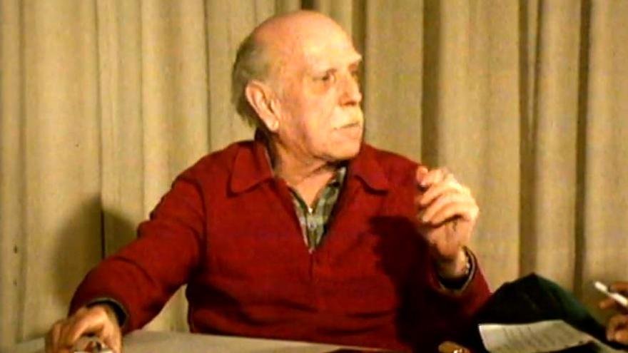 El pintor valenciano Josep Renau durante una de las entrevistas que se reproduce en el documental.