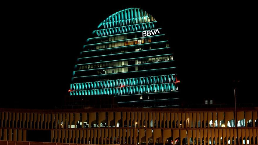 Edificio La Vela de BBVA iluminada de verde.