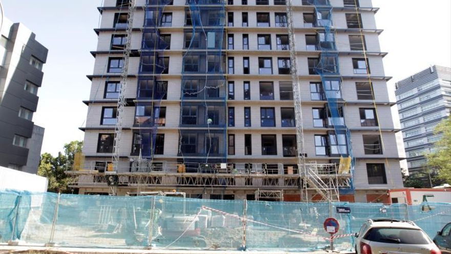 La firma de nuevas hipotecas para la adquisición de una vivienda volvió a subir en julio, un 13,1%, según el INE. En la imagen, un edificio en construcción en Madrid.