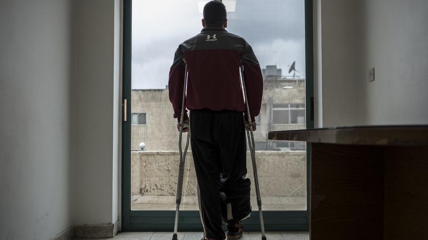 El palestino Mohamed llegó después de que la bala de un francotirador israelí atravesara su pierna.