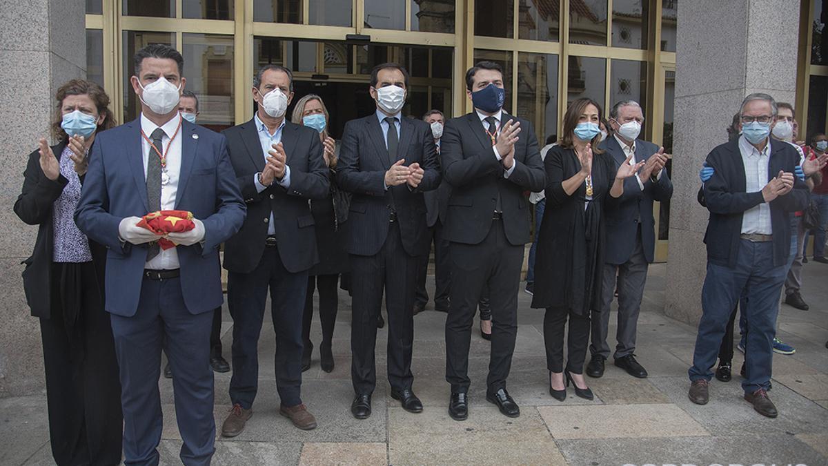 El actual alcalde y ex alcaldes de Córdoba, junto a concejales, aplauden al despedir el féretro de Julio Anguita en mayo de 2020.