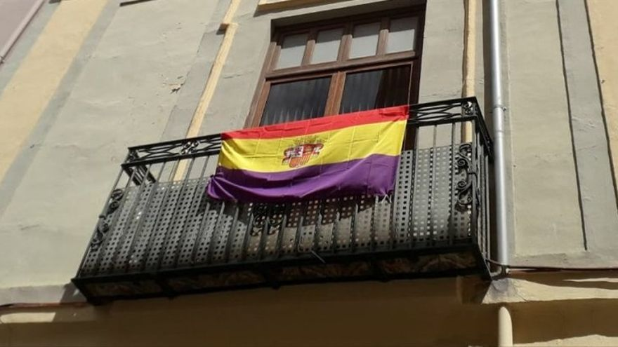 Imagen de la bandera republicana colgada de uno de los balcones del ayuntamiento