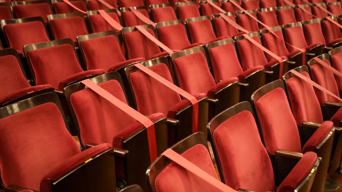 Butacas de un teatro separadas por los protocolos covid-19.