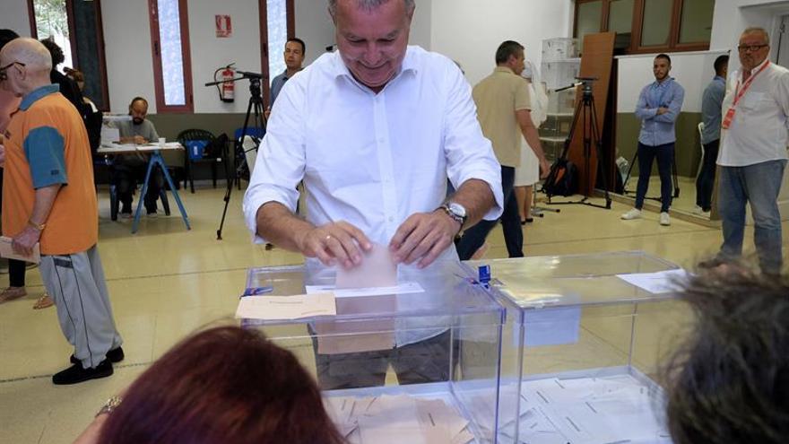 El candidato del PSOE al Congreso por Las Palmas Sebastián Franquis, deposita su voto en un colegio electoral de Las Palmas de Gran Canaria. EFE