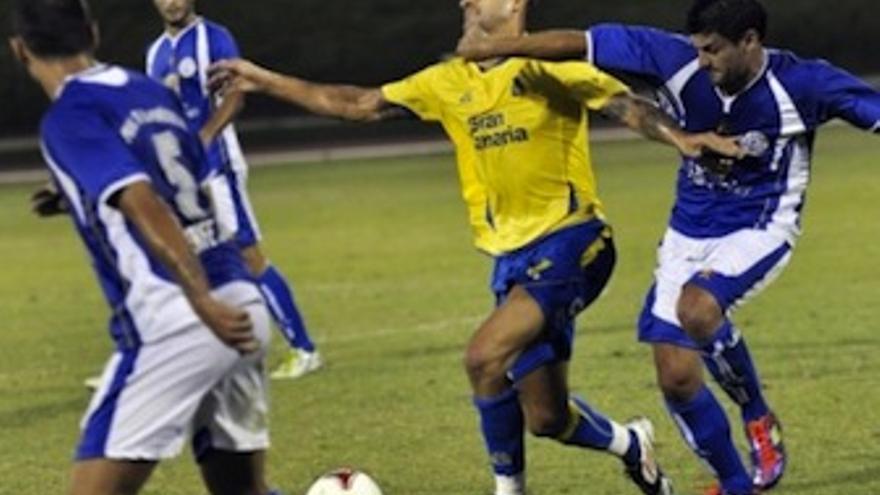 Vitolo trata de marcharse de se defensor. (udlaspalmas.es)
