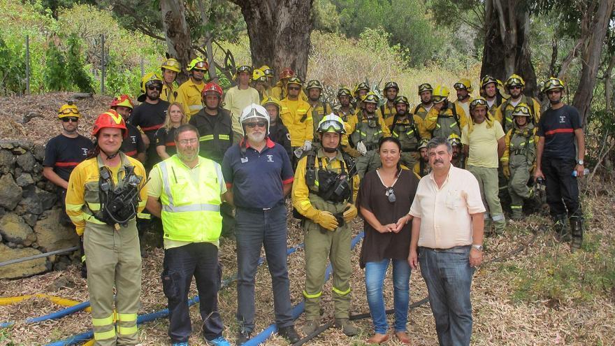 La consejera de Emergencias y el consejero de Medio Ambiente con los miembros de los diversos colectivos que participaron en el ejercicio,.