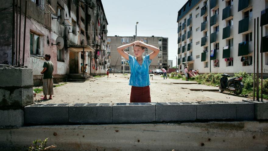 En julio de 2011 las autoridades locales de Baia Mare, en Rumanía, construyeron un muro de 3 metros de alto por 100 de largo para separar las viviendas sociales ocupadas mayoritariamente por personas gitanas del resto de la población, al otro lado de la calle. En noviembre de 2011 las autoridades locales fueron multadas por este hecho por un órgano superior y se ordenó la demolición del muro por ser discriminatorio. Supuso una gran victoria para la comunidad gitana de esta zona.© Mugur Vărzariu