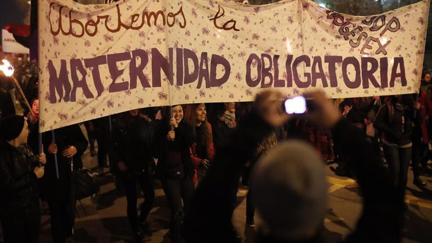 Mujeres marchan en Chile por aborto libre, seguro y gratuito