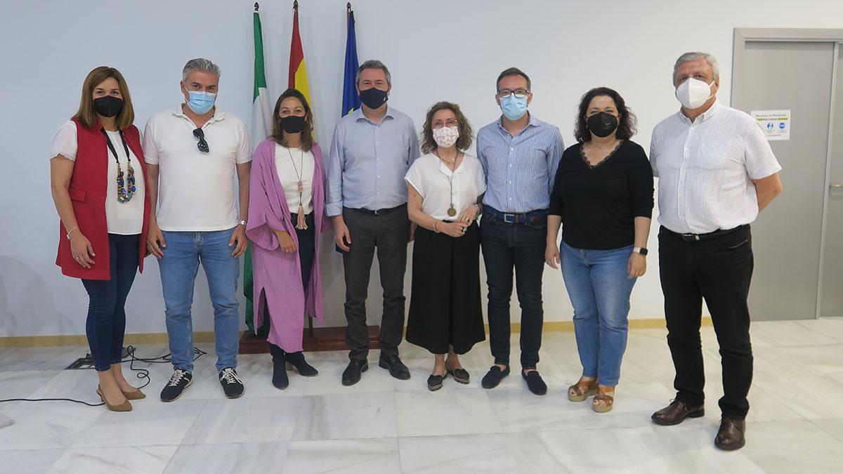 Los concejales del PSOE del Ayuntamiento de Córdoba, junto a Juan Espadas.