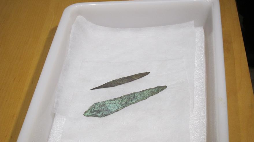 El MUPAC incorpora dos puñales prehistóricos cuyo valor hace reabrir el yacimiento del Collado de Las Llaves