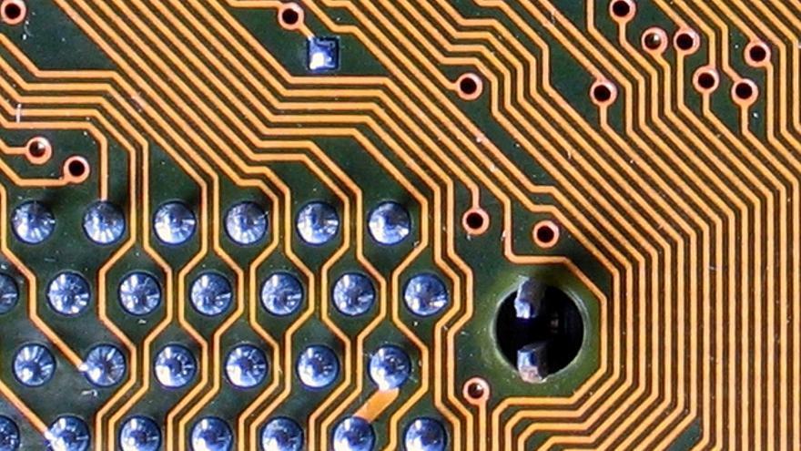 Un laberinto de circuitos en una placa