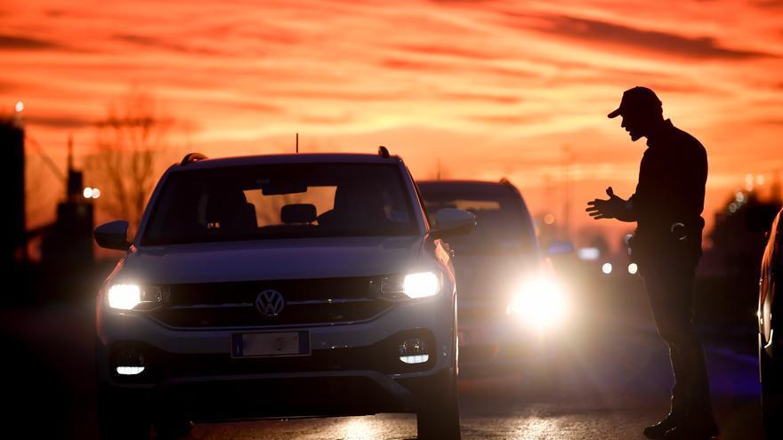 Policías italianos paran a los vehículos que intentan entrar o salir del área afectada en Casalpusterlengo.
