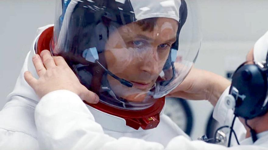 Ryan Gosling colocándose el traje de astronauta en la película 'First man'