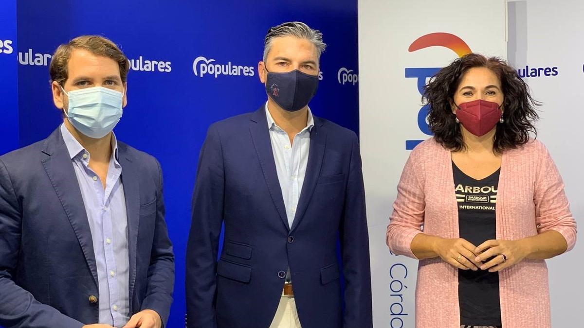 Andrés Lorite (centro), entre Fernando Priego y María de la O Redondo.