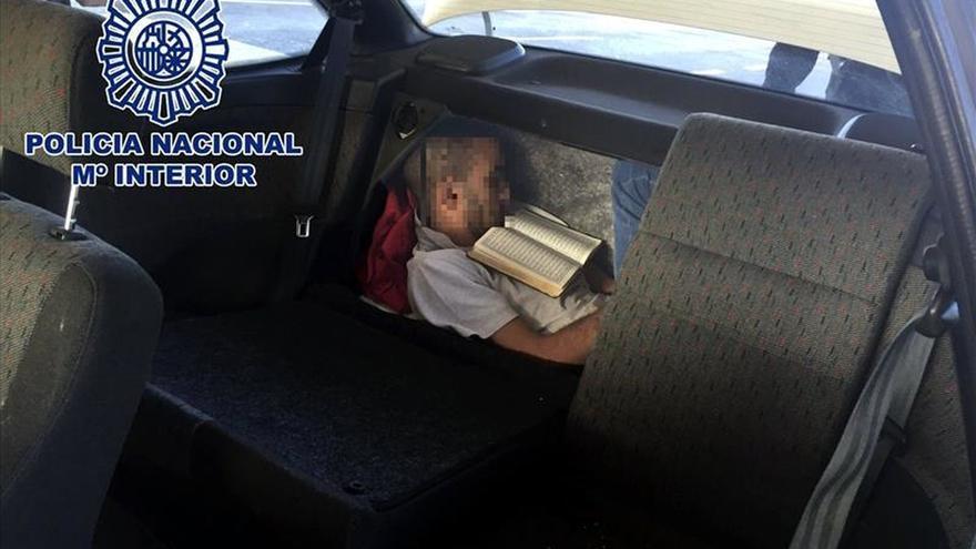 Encuentran a un inmigrante oculto en el doble fondo del maletero de un coche
