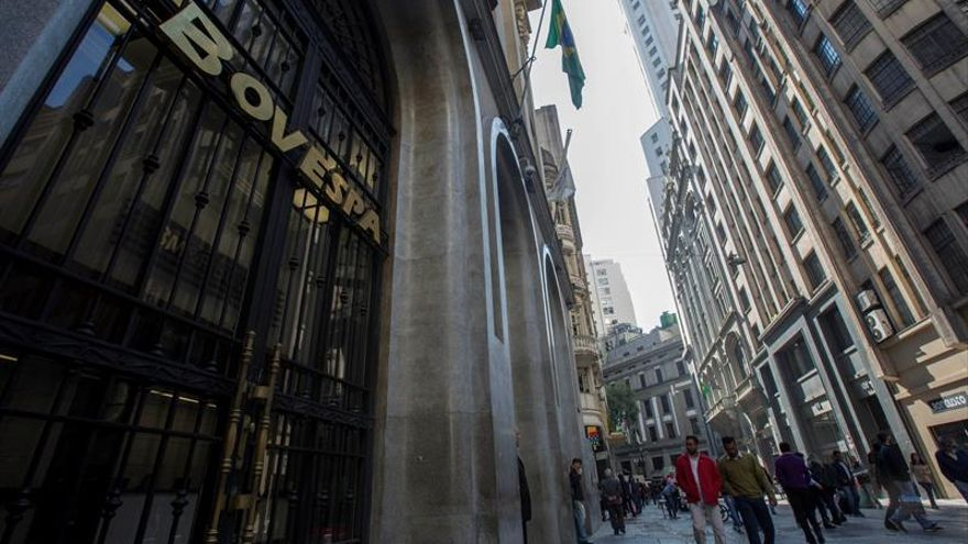 La Bolsa de Sao Paulo comienza la semana en números rojos y el dólar sigue disparado