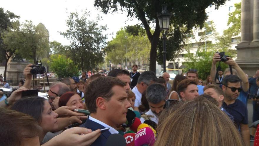 Albert Rivera atiende a los medios durante la mañana del 17A.