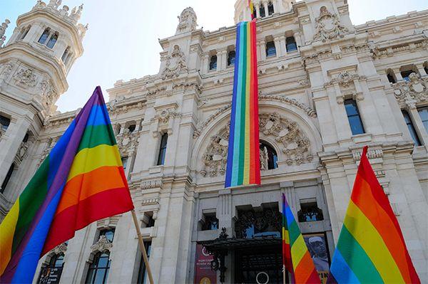 Acto de despliegue de la bandera multicolor | Fotografía: Ayuntamiento de Madrid