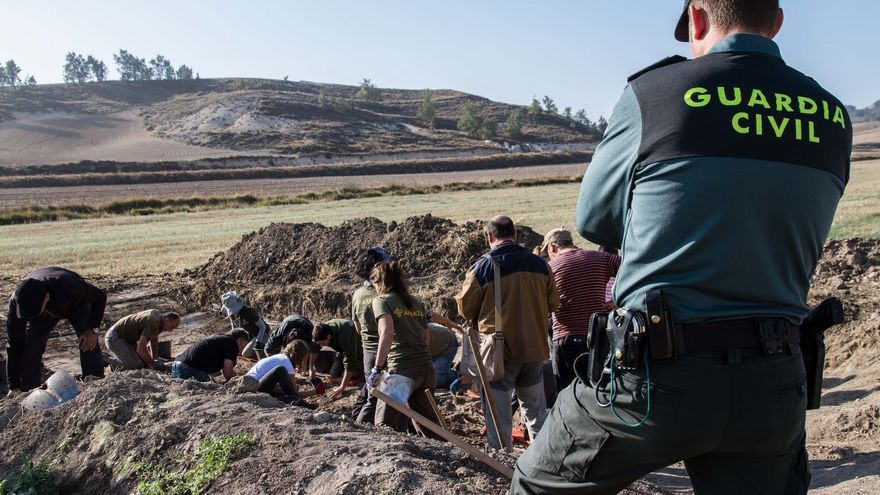 Trabajos de exhumación en la 'fosa de los maestros'. | ÓSCAR RODRÍGUEZ - ARANZADI