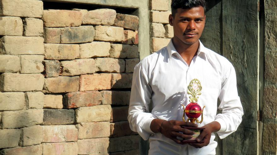 Kamal se vio obligado a abandonar la escuela a los 11 años debido a la pobreza. Su padre es adicto, y Kamal creció en un ambiente violento donde el abuso físico y verbal eran comunes.