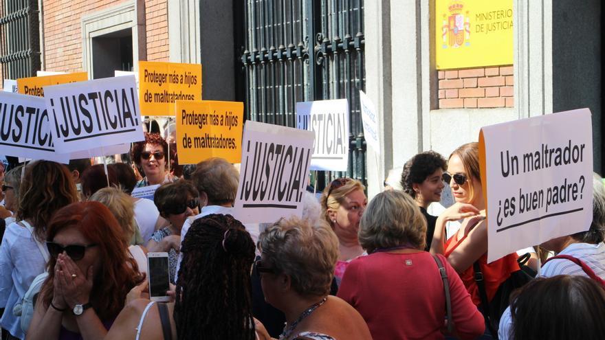 Concentración en apoyo a Juana Rivas frente al Ministerio de Justicia de Madrid