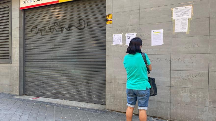 Una persona observa un cartel en la fachada de una oficina del SEPE en julio de 2020.