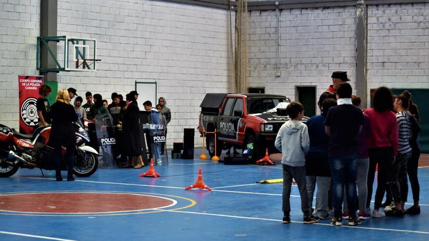 Muestra de los medios de la Policía Canaria a alumnos. La 'pickup' es reconvertida de otra Consejería